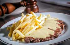 A estrela da marca: o Entrecôte Classic - contrafilé de 180g já fatiado com batatas fritas servidas à vontade, acompanhado de molho especial de ervas.