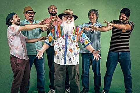 Ícone da música brasileira, Hermeto Pascoal é venerado não só pela banda, mas também por uma multidão de fãs de seu trabalho.