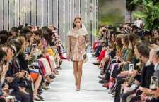 A apresentação abordará alguns aspectos desta carreira no segmento da Moda e como essa atividade pode ser uma alternativa à área de criação de roupas.