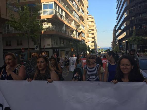 Calpe. Manifestación. calle principal. pancarta.