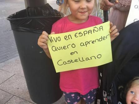 Calpe. Manifestación. Niña holandesa reclama estudiar en castellano