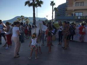 Calpe. Manifestación. Niños y madres de espalda.