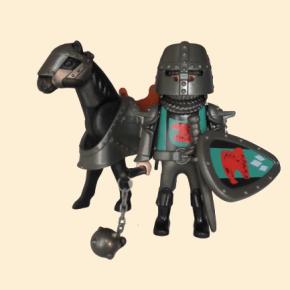 Cavalier des chevaliers du faucon avec fléau d'armes et bouclier