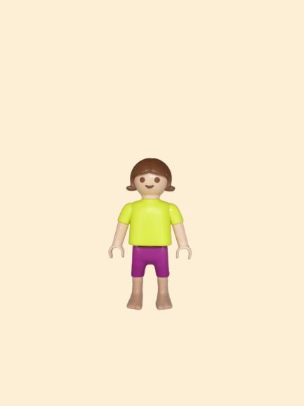 Enfant jaune et violet