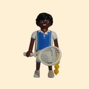 Joueur de tennis avec raquette et balles