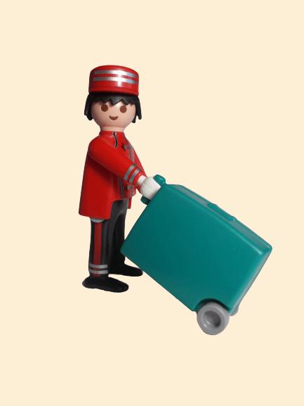 Garçon d'hôtel avec valise