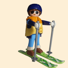 Skieur avec manteau jaune