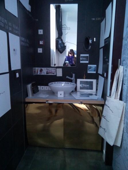 Baño con obras de arte en la 219 Intraneus