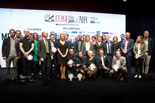 Photo finale rassemblant le jury et les lauréats des Trophées de la Com' 2017
