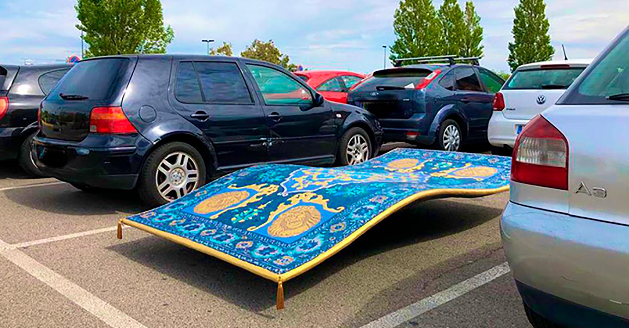 un tapis volant gare sur un parking en