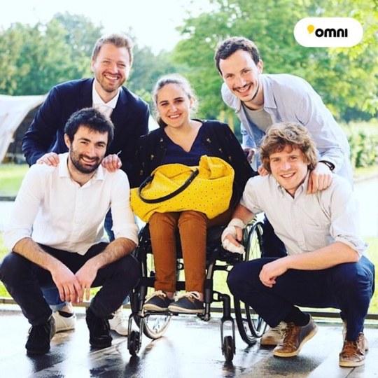 Équipe Omni fixation trottinette électrique à un fauteuil roulant