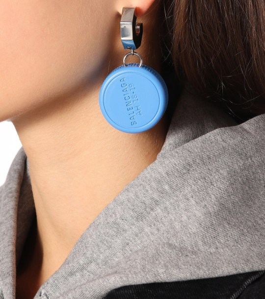 Balenciaga dévoile des boucles d'oreilles bouchons de bouteilles