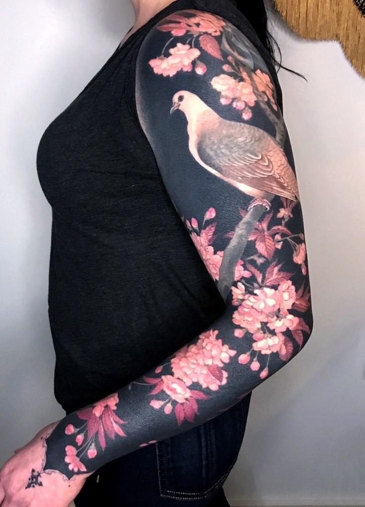 L Artiste Esther Garcia Realise Des Tatouages Fleuris Sur Fond Noir Aux Details Fantastiques