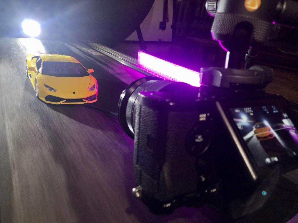 Ce photographe met en scène une Lamborghini miniature sur un tapis de course