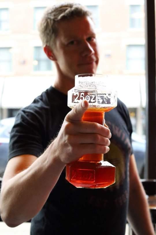 Un verre à bière en forme d'haltère pour reprendre l'activité physique