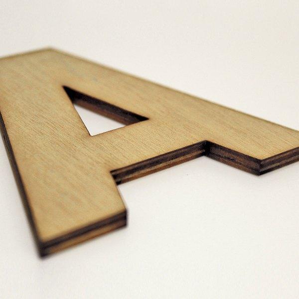 Lettere decorative in legno di CreArtDesignItaly.com con font FUTURA da applicare a muro o da appoggiare su un piano o libreria