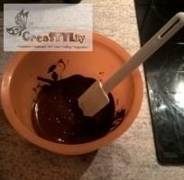 Die geschmolzene Schokolade gut umrühren