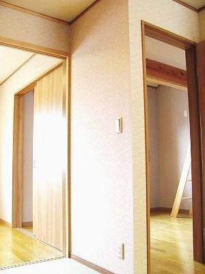 寝室と、ロフト付きの部屋