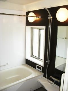 ちょっと広めのユニットバスを備える浴室