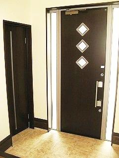 玄関を広めに確保し、スッキリした印象