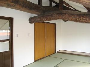 旧家屋の木材(古材)を再利用した立派な梁のある畳部屋