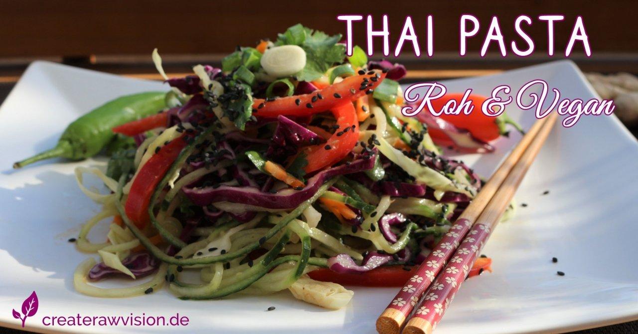 Thai Pasta mit Gemüse und Essstäbchen auf Teller