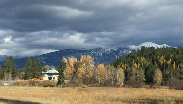 Temple Kiamet et vue sur les montagnes Rocheuses Canadiennes à Idéal Society