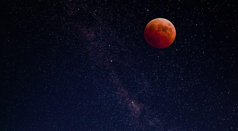 Pleine Lune rouge dans un ciel étoilé