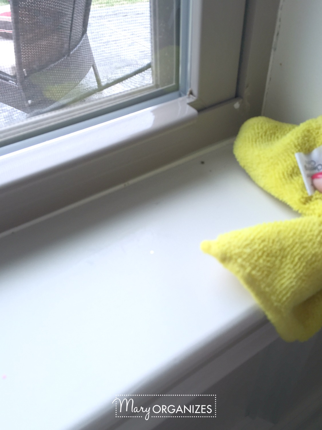 Two Ways To Clean Windows - wipe the window sill -v