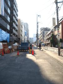 <拡幅工事中> 電信柱が道路中央に 取り残されてしまった