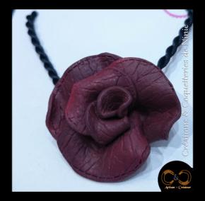 Collier rose effet cuir