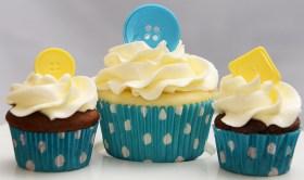 Cupcakes vanille et chocolat recouverts d'une crème au beurre meringue suisse et décorés avec des boutons en chocolat.