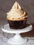 Cupcake aux épices avec crème au beurre à la cannelle.