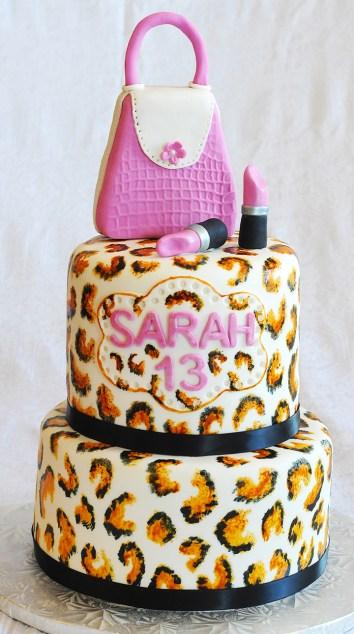 Gâteau 2 étages (vanille et chocolat). Recouvert de fondant et motifs de léopard. Sacoche et rouge à lèvre en fondant.