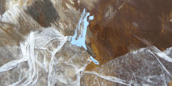 Du siehst ein abstraktes Gemälde von Dodo Kresse in Nougatbraun, Greige, Weiß und Hellblau.