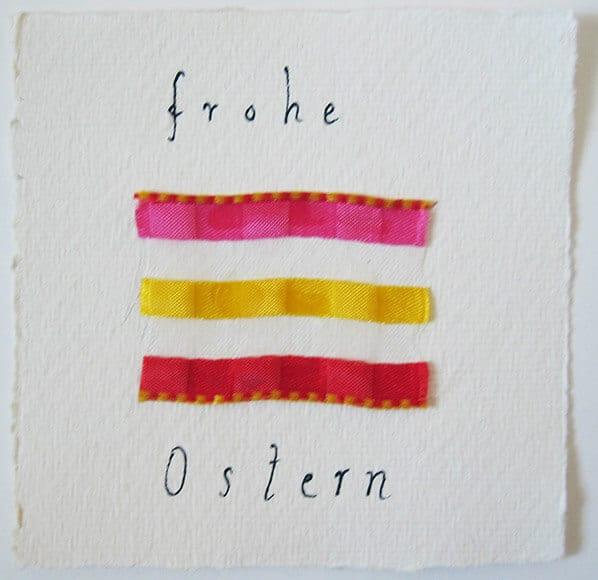 Auch hier siehst du ein buntes band in pink gelb und rot mit der schrift frohe ostern.