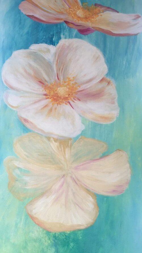 Hier siehst du bereits die Staubblätter bei den 2 oberen Blüten eingefügt, unten ist die 3. Blüte vorskizziert mit Weiß und Ocker...
