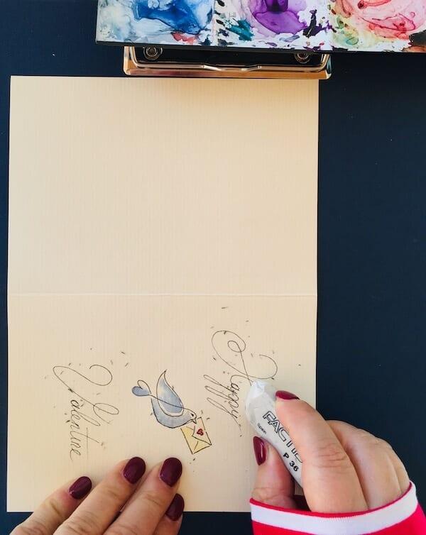 Man sieht, wie die Künstlerin Dodo Kresse die Bleistift-Vorzeichnung wegradiert.