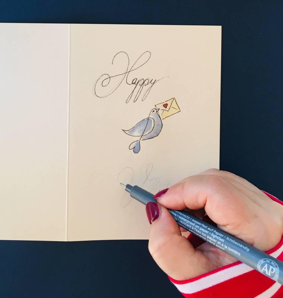 Man sieht den Fineliner Happy Valentine auf die Valentinskarte schreiben.