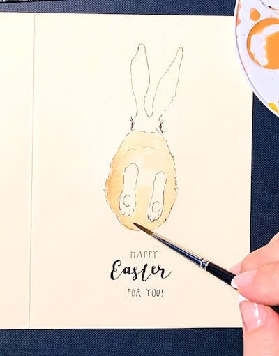 Man sieht eine Osterkarte, gemalt von Dodo Kresse für Creative Club , die Aquarellfarbe wird angelegt