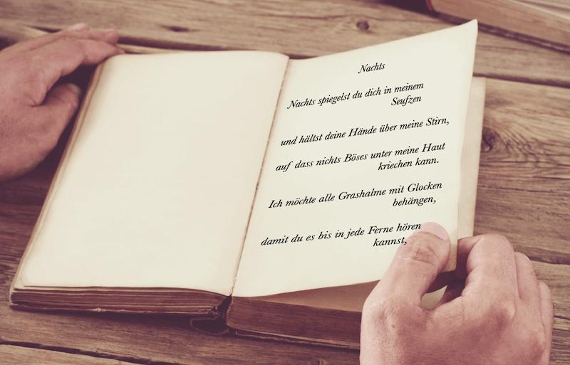 Du siehst das Gedicht Nachts von Dodo Kresse in einem aufgeklappten alten Buch