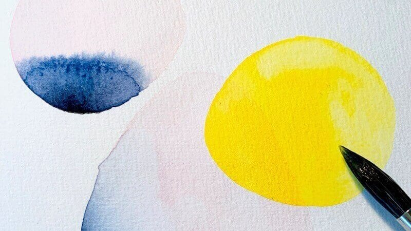 Du siehst ein abstraktes Aquarell mit gelben und indigoblauen Kreisen