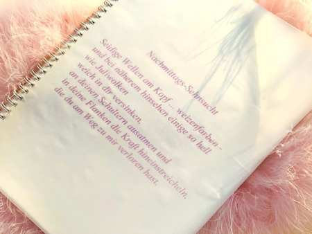 Du siehst ein Gedicht von Dodo Kresse in einem Spiralheft, gedruckt in lavendelfarbenen Buchstaben. Es heißt Nachmittags-Sehnsucht