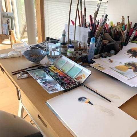 Du siehst meinen Schreibtisch in meinem Atelier am Sommerberg