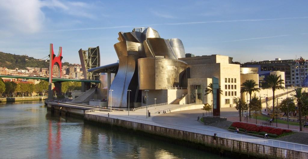 The Guggenheim Museum, symbol of modern Bilbao. Image: Phillip Maiwald (https://commons.wikimedia.org/wiki/File:Guggenheim_museum_Bilbao_HDR-image.jpg)