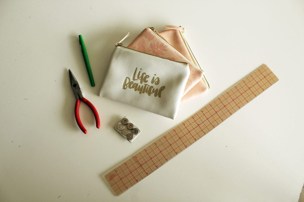 DIY Zippered Magnetic Pocket Purse Organizer .