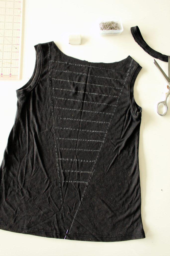 Refashion a tshirt by weaving the back. Easy tutorial DIY