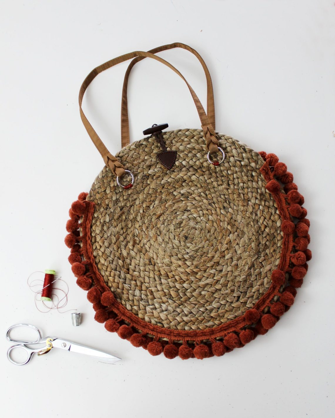 How to make a woven purse from a straw charging plate