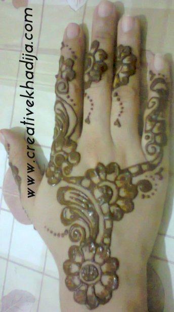 henna mehndi hands