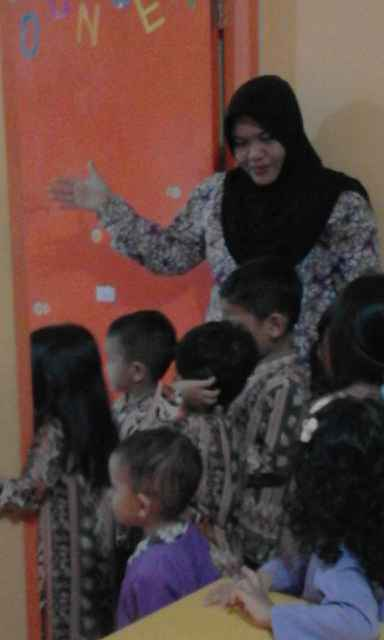 Ms Dewi menjelaskan ruangan yang ada di sekolah